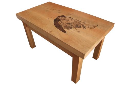descripcion ilustracion en madera terciada, incrustada en mesa de